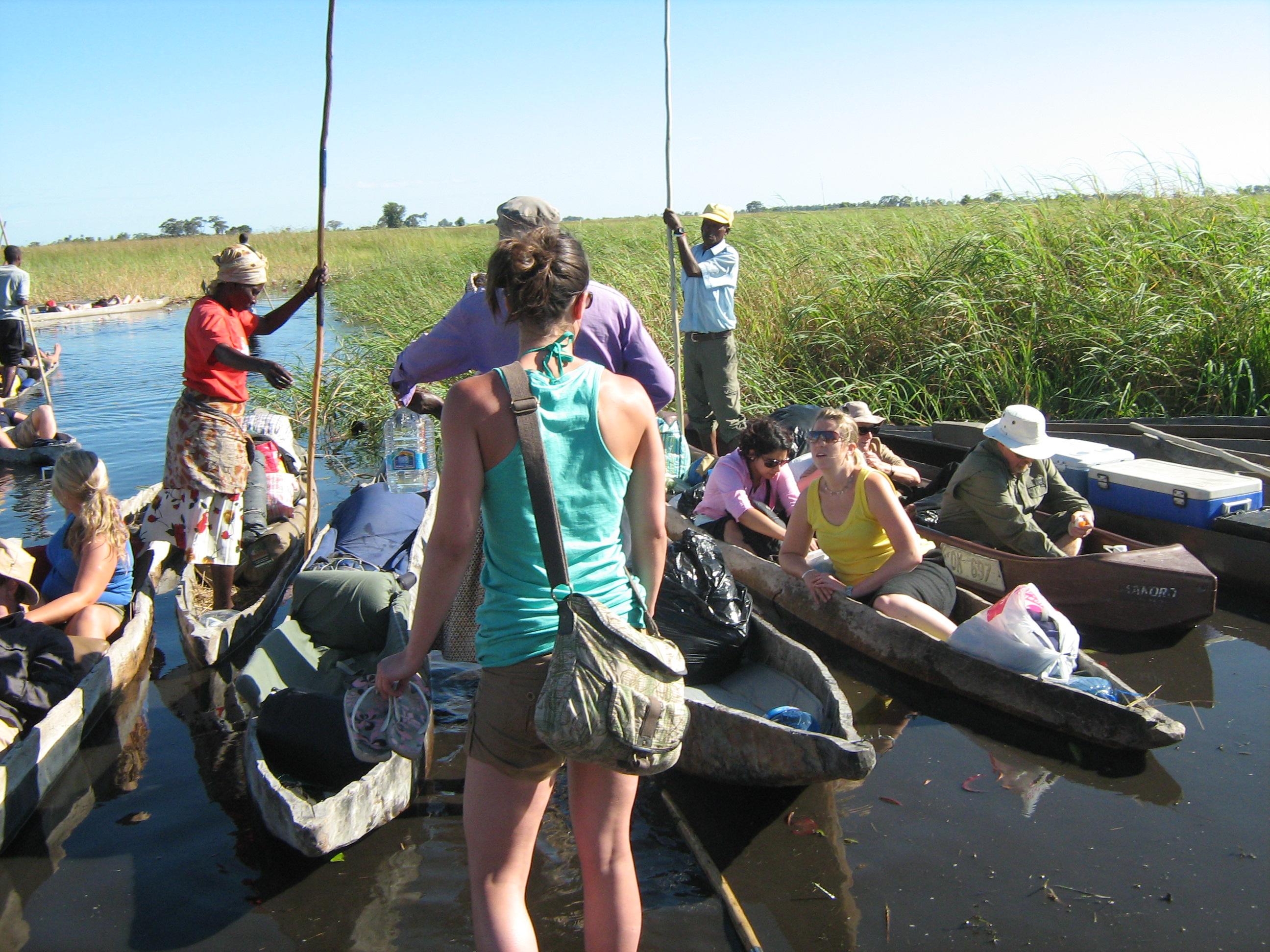 mokoro-dugout-canoe-loading